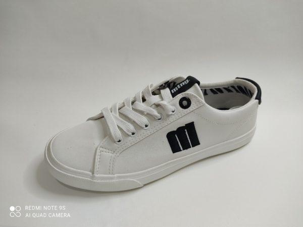 Zapatillas para chica en color blancas. Detalle en el talón y marca en el lateral en color negro.