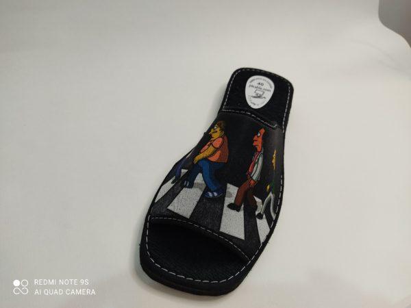 Zapatillas de casa de verano para hombre. Suela de goma eva de poco peso en color negro. Pala negra con la imagen de personajes de los Simpson cruzando un paso de peatones.