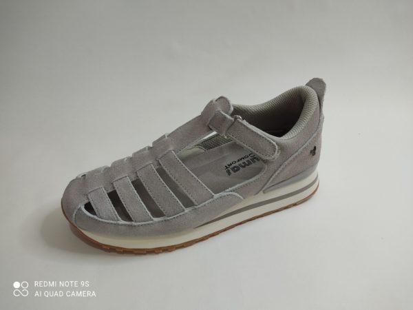 Sandalia deportiva para mujer en color gris de la marca Yumas modelo 46363. Cierre con velcro. Suela blanca y gris antideslizante. Plantilla acolchada muy confortable y extraible