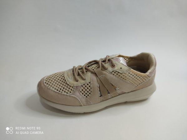 Zapatilla deportiva de verano para mujer en color beig. Rejilla y aberturas por toda la zapatilla. Cierre con cordón y plantilla acolchada extraible.