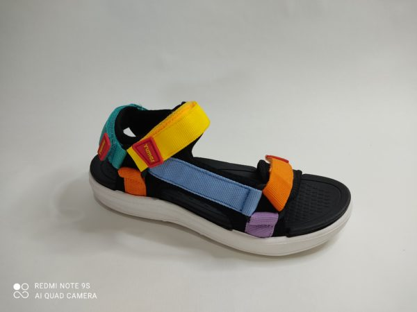 Sandalia deportiva para niños y niñas. Suela y plantilla de goma. Tiras de colores en en talón, empeine y dedos regulables y de colores.