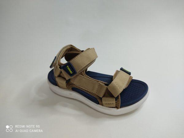 Sandalia deportiva Yumas para niño, Suela y planta de goma. Tiras en color caqui regulables sobre dedos, empeine y talón.