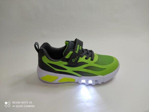 Zapatillas deportivas en color verdes. Cordón elástico y velcro. Luces en la suela.
