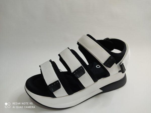 Sandalia blanca deportiva para chica. Suela blanca gruesa, plantilla negra acolchada. 4 velcros regulables: dos sobre los dedos, uno sobre el empeine y el ultimo en el talón.