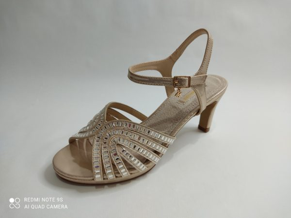 Sandalia de fiesta para mujer de la marca Mariamare. Tacón medio. Pulsera al tobillo. Tiras sobre los dedos con cristales.