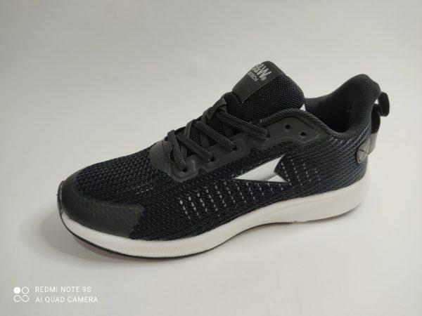 Zapatillas deportivas en color negras muy transpirables en color negro. Refuerzo de goma en la puntera. Plantilla que ayudan a la circulación. Cierre con cordón.