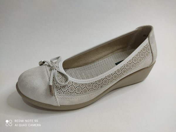 Cuña de mujer en color plata. Corte salón con puntera lisa y el resto del zapato calado con forma de flores. Lazo sobre los dedos. Plantilla acolchada extraible.
