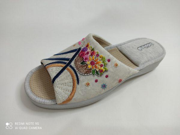Zapatillas de casa de mujer con dedos descubiertos. Color gris. Bordado de una bicicleta con el cesto lleno de flores. Platilla transpirable y talón acolchado. Suela de goma.