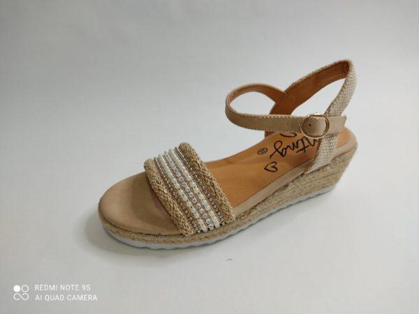 Sandalias para niña con cuña de yute. Pala de pedrería en blanca y beige. Cierre con hebilla al tobillo
