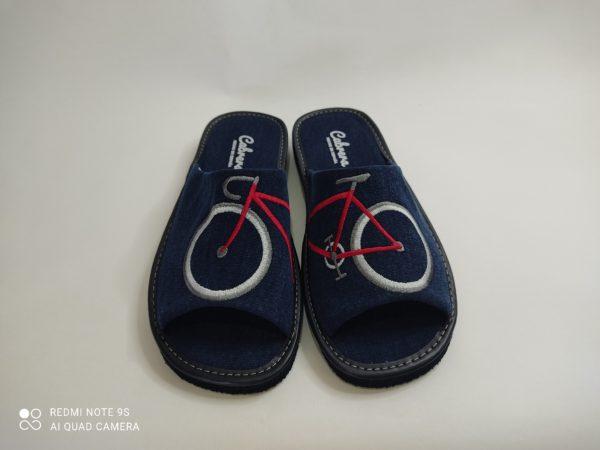 Zapatillas de cas de hombre con suela pómez que no dejan huella en color marino. Pala en color marino con el dibujo de una bicicleta en color rojo y blanca.