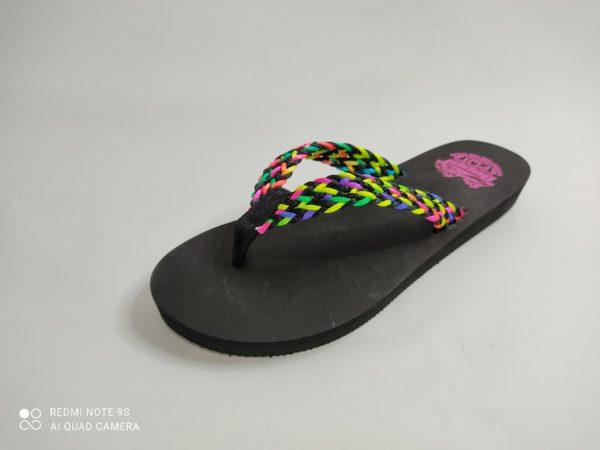 Chancla de dedo de mujer. Suela goma eva en color negro. Tiras trenzadas con hilos multicolor.