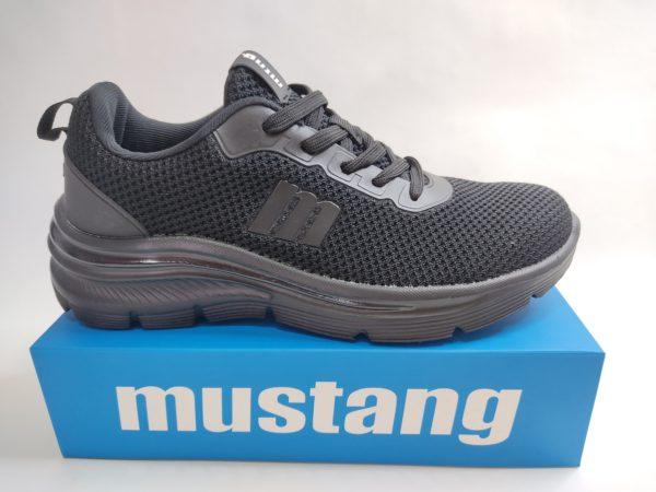 Zapatillas para mujer de la marca Mustang, modelo 69997 en color negro. Muy ligeras, toda en textil muy transpirable. Suela de poco peso con una pequeña cuña. Plantilla memory foam y cierre con cordón.