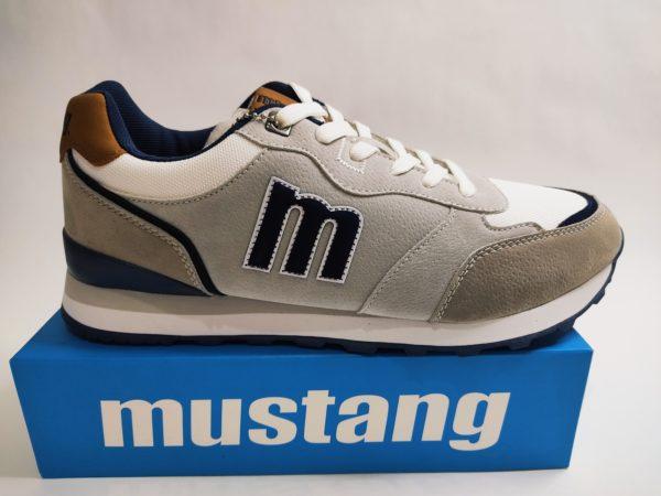 Zapatillas Mustang para hombre en color blanco con detalles cuero en talón y lengüeta. Cierre con cordón.
