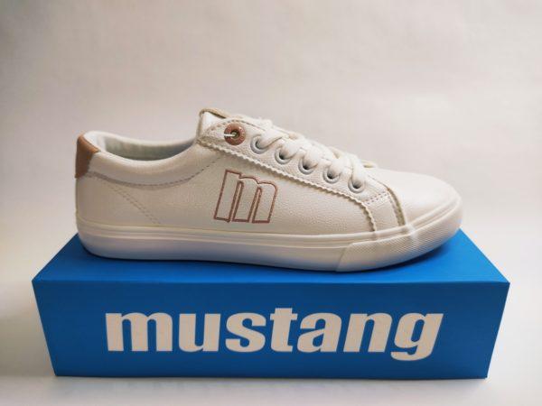 Zapatillas básicas para mujer de la marca Mustang. Color blanca con detalles en nude tanto en el talón y logo en el lateral.