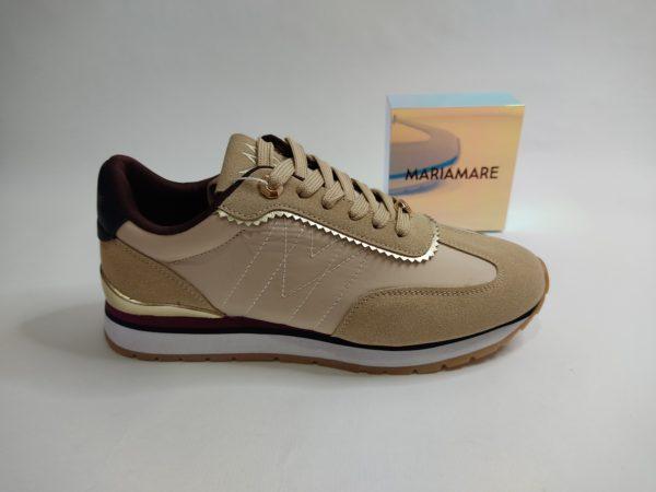 Zapatillas de la marca Mariamare en color beige. Puntera, talón y empeine en serraje beige. Detalles dorados en el talón y empeine. suela blanca, beige, negra y burdeos. Cierre con cordón.