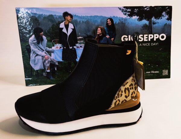Botín para chica de la marca Gioseppo, modelo Lunner 64340. Fabricado en napa negra. Adornado con un elástico negro en la parte delantero. Talonera en leopardo y un pequeño adorno en color camel en el talón. Elásticos en los laterales para facilitar la puesta. Suela basculante blanca.