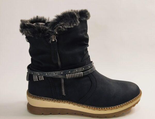 Botín Refresh en color negro, modelo 7601303-S12A. Suela bicolor negra y beige. Caña arrugada. Cremallera de adorna en el lateral exterior y en el interior cremallera funcional . Correas el tobillo . Pelo en la parte superior.