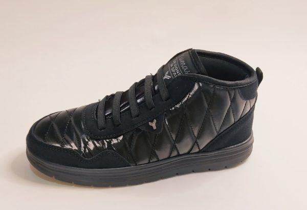 Botín deportivo para mujer de la marca Yumas . Fabricado en textil negro brillante. Refuerzos en serraje negro en puntera y talón. Suela negra de muy poco peso. Cierre con elásticos negros a modo de cordón.