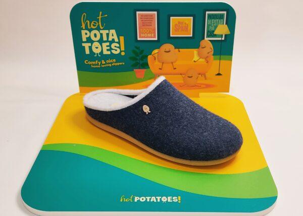 Zapatillas de casa de la marca Hot Potatoes., modelo Labinsk Fieltro marino en el exterior y blanco en el interior. suela antideslizante color caramelo