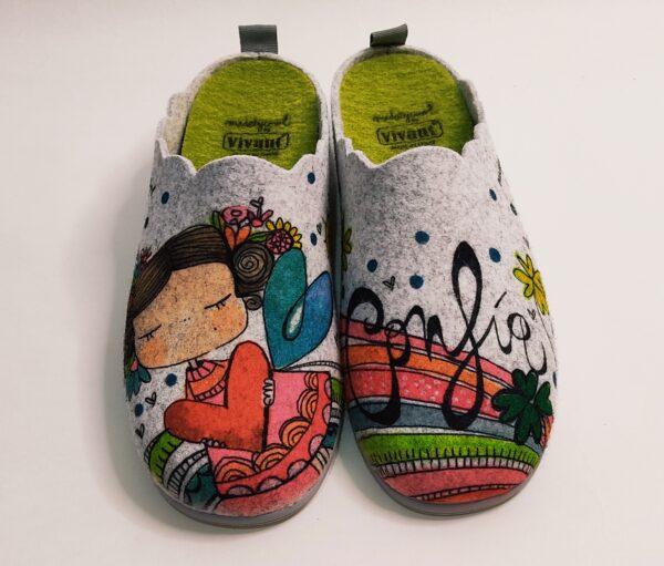 """Zapatillas para mujer de la marca Vivant, fabricadas en fieltro gris. Plantilla extraíble. Suela antideslizante. Dibujo en el píe derecho de una dulce niña y el el izquierdo la leyenda """"Confia"""""""