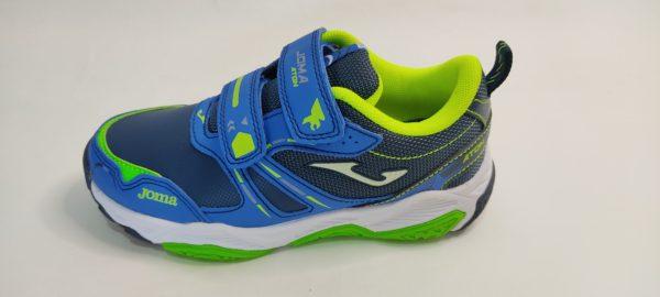 Zapatillas deportivas de niño de la marca Joma, modelo Aton en color azul royal y verde fluor. Cierre de dos velcros y suela running